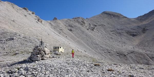 Die Bíwakschachtel in der Breitgrieskarscharte. Rechts die Kleine Seekarspitze, 2613 m.