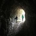 Petit tunnel dans la roche calcaire