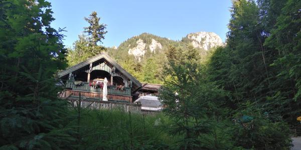 Forsthaus Wartenfels mit den Gipfeln Schober und Frauenkopf im Hintergrund