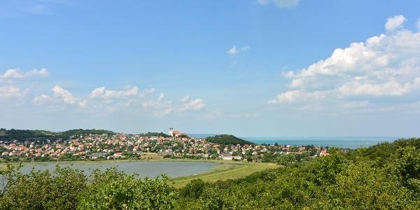 A tihanyi apátság, a Belső-tó és a Balaton panorámája a Hármashegyi-kúp tetejéről
