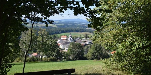 Grünbach, im Hintergrund der Sternstein