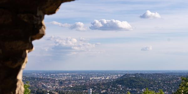 A kilátás az Árpád-kilátóból a Kis-Sváb-hegy és a Sashegy felé
