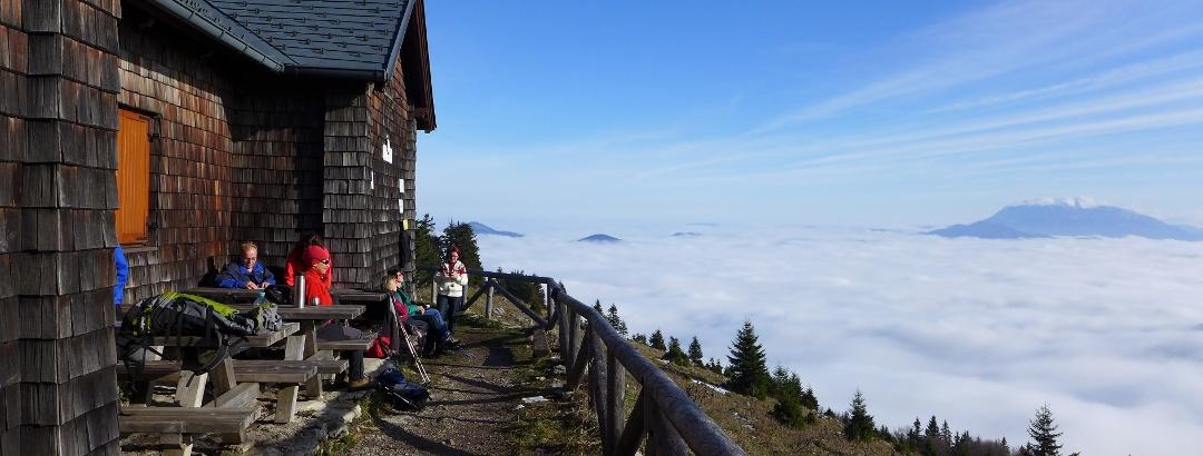 Sonnenbad vor der Türnitzer Hütte, rechts hinten der Schneeberg