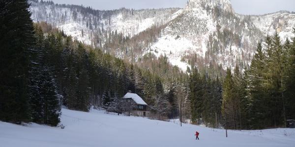 Start im Tirol, im Hintergrund die Rötelwand