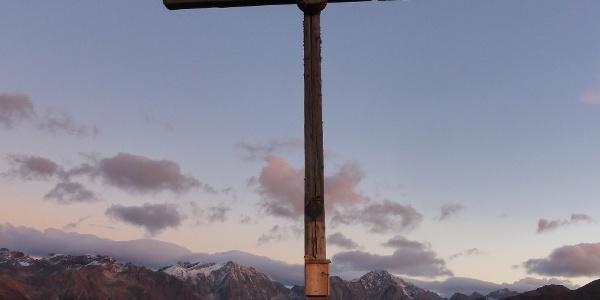 Der höchste Punkt der Rundwanderung: Das Gipfelkreuz des Durakopfes