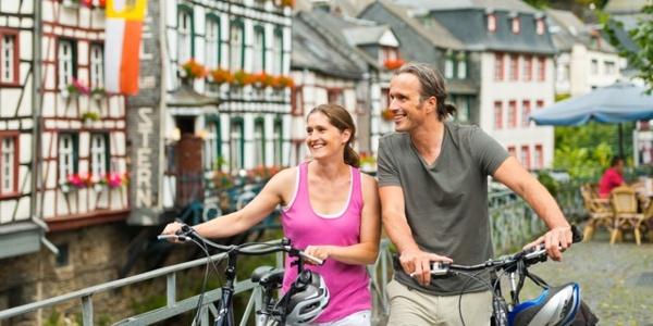 Radfahrer im historischen Ortszentrum von Monschau