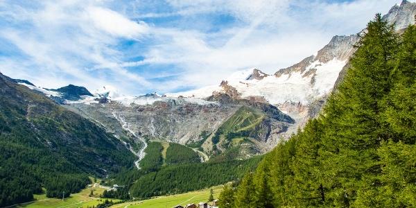 Im malerisch gelegenen Saas-Fee starten wir zur Bergstation.