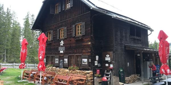der AV-Wanderer Günther verabschiedet sich vom Wirt der Compton Hütte – Südostansicht