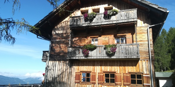 Start zur 28. Etappe des Julius-Kugy-Dreiländerweges bei der Kohlröslhütte – Ostansicht
