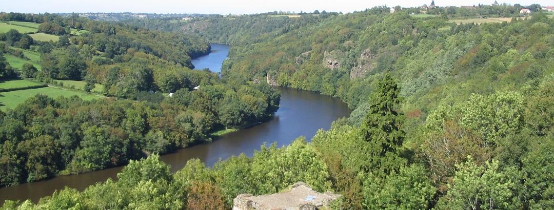 Vue sur la Creuse d'une tour de Chateaubrun (Indre) en amont d'Argenton-sur-Creuse