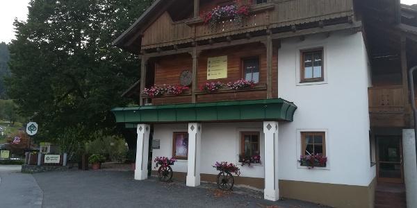 Start zur 29. Etappe des Julius-Kugy-Dreiländerweges bei der Pension naturgut gailtal in Matschiedl an der Kreuzener Landesstraße – Westansicht