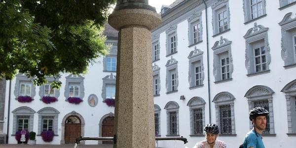 Stiftsplatz, Hall