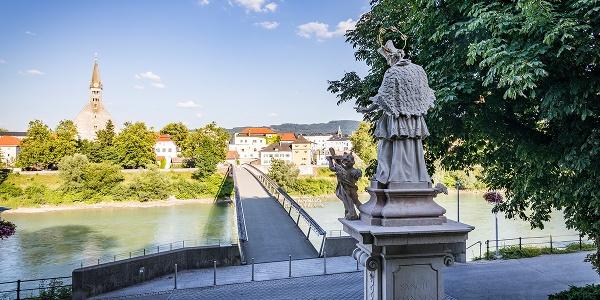 Nahaufnahme der Brückensäulen der Länderbrücke mit dem Bayerischen Wappen - Foto von Oliver Freudenthaler