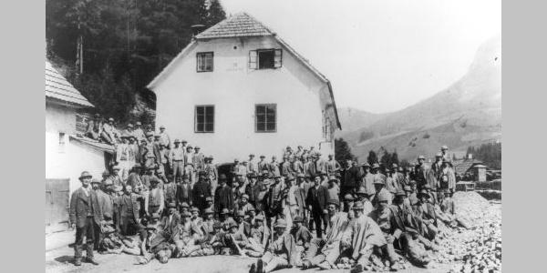 Bergknappen vor dem Grubenhaus