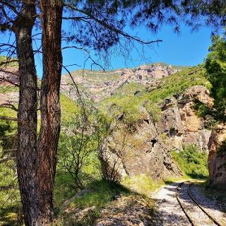 Wegverlauf hinter Diakofto, teilweise auf den Schienen der Zahnradbahn