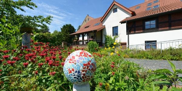 Belmer Mühle mit Blumengarten