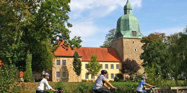 Radler vor dem Schloss Fürstenau