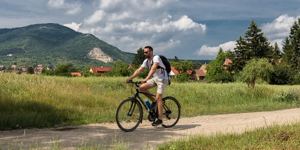 A Pilis Bike Levendula-túra mentén, a háttérben a Pilis-tető