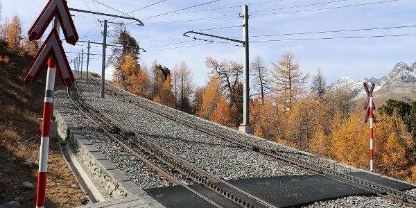 Le chemin traverse les voies du Gornergrat Bahn