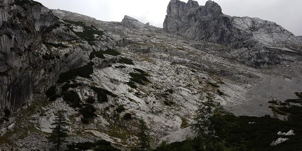 Wandbild des rechten Teils der Steinbergwand mit den beiden Kletterrouten Plattenweg und Auf die Schnelle