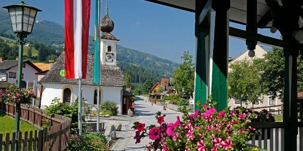 Dorfplatz mit Kapelle in Aich