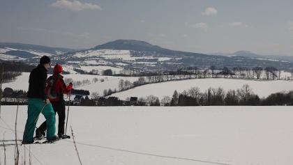 Schneeschuhwanderer mit Blick zum Pöhlberg