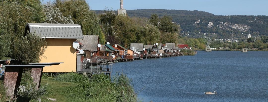 A bánhidai Erőmű-tó a híres Bokodi-tóra hajaz a kis tóparti nyaralókkal