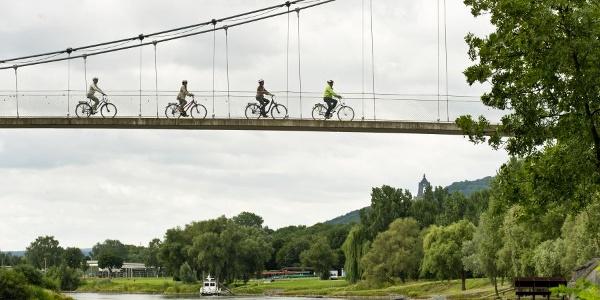 Radfahrer an der Weser, Blick auf das Kaiser Wilhelm Denkmal