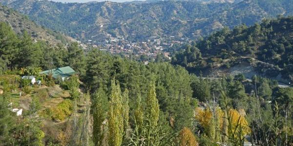 Blick auf den Ort Kakopetria von oberhalb der Kirche Agios Nikolaos tis Stegis