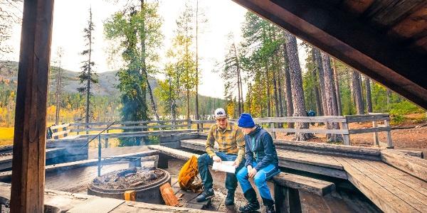 Retkeijöitä tauolla Kesänkijärven laavulla tunturimaisemissa