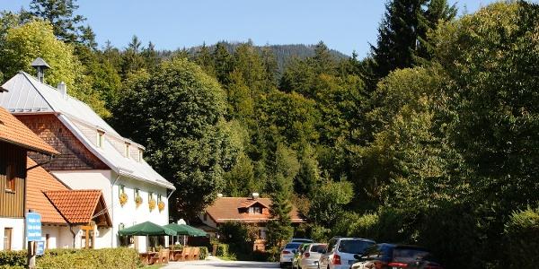 Zwieslerwaldhaus - am Biergarten vor dem Gasthof beginnt die Wanderung