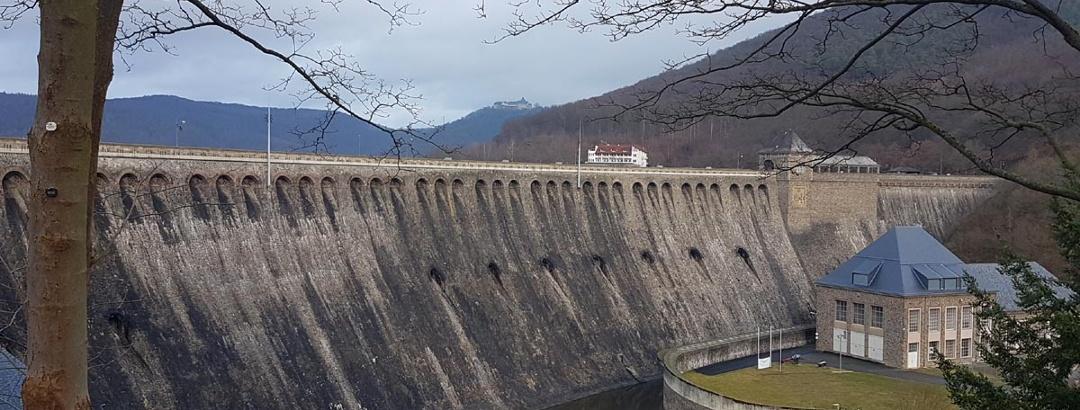 Blick auf die Staumauer von vorn