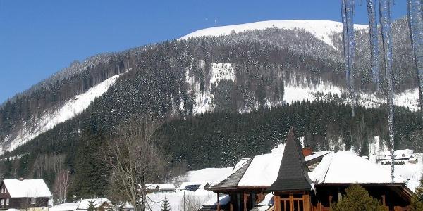 Wildalpe: Blick vom Freinerhof zur Wildalpe mit den beiden Sendemasten und rechts die Südostflanke