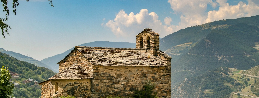 Antigua iglésia románica en los Pirineos