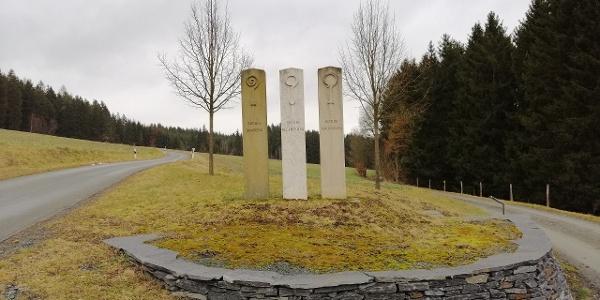 3-Bistums-Stelen in Eichigt im Grenzraum zwischen dem Sächsischen, Böhmischen und bayerischen Vogtland