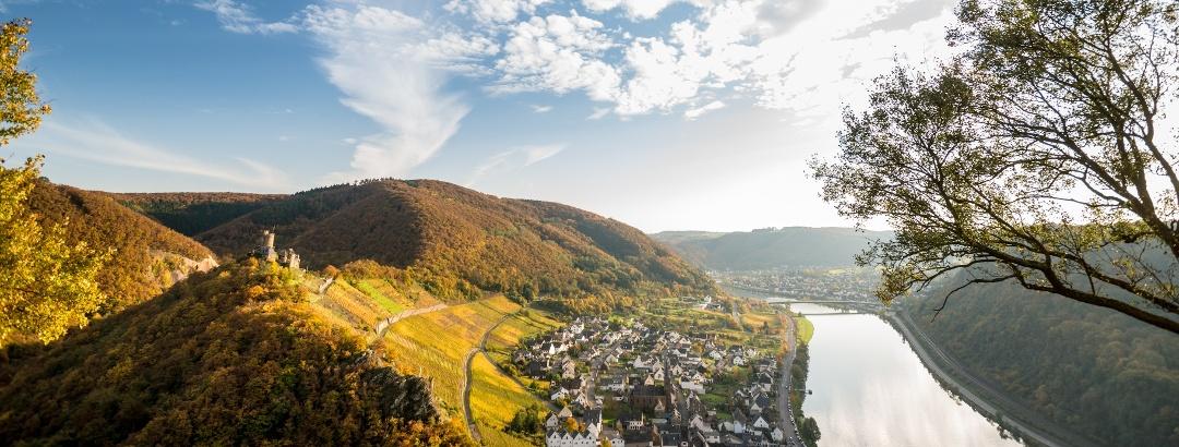 Blick auf die Burg Thurant bei Alken im Herbst
