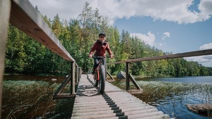 Pyöräilemässä fatbikellä Isojärven kansallispuistossa.