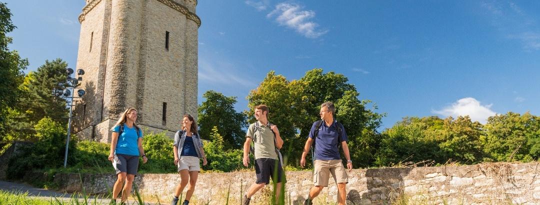Wandergruppe am Bismarckturm bei Ingelheim