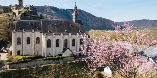 Start in Beilstein; die Karmeliterkirche St. Josef (17./18. Jahrhundert) und Burg Metternich (1268 erstmals urkundlich erwähnt)