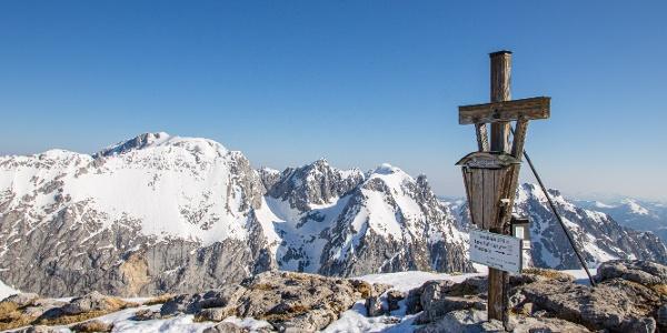 """Gipfelkrez des """"Schneiber"""" mit Brett und Göll im Hintergrund"""