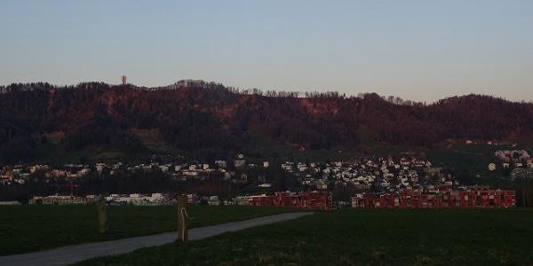 0100 Start bei Stocken auf der Anhöhe bei Kilchberg - oben der Felseneggturm auf dem Albis zu erkennen