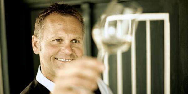 Herrn Nöhrer ist die Freude beim Betrachten des edlen Tröpfchen, ins Gesicht geschrieben © TV Hartbergerland, Bernhard Bergmann