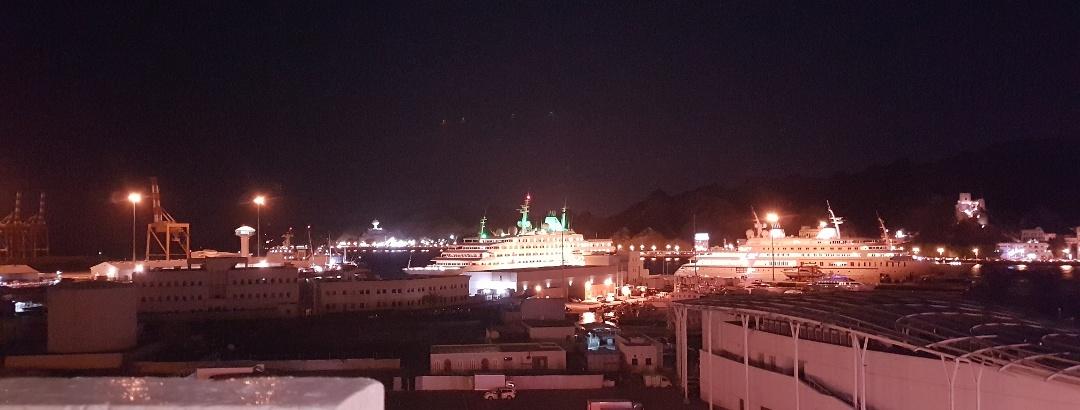 Blick auf den abendlichen Hafen von Muttrah (Stadtteil von Muscat)