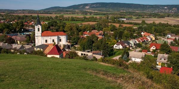 Bodajk központja a Kálváriáról; a Móri-árok túloldalán a Vértes nyugati frontja feszül
