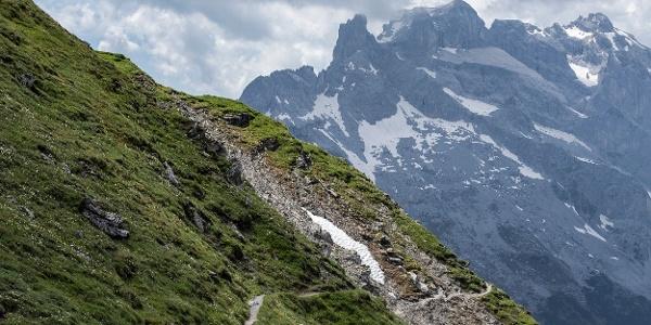 Weg Richtung Schwarze Scharte - Drei Türme im Hintergrund (c) Lucas Tiefenthaler / Vorarlberg Tourismus