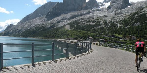 La diga del Passo Fedaia, sullo sfondo la Marmolada