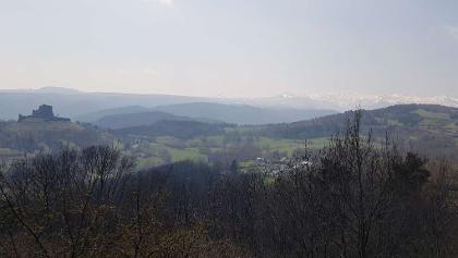 Château de Murol et chaîne du Sancy vu de Rajat