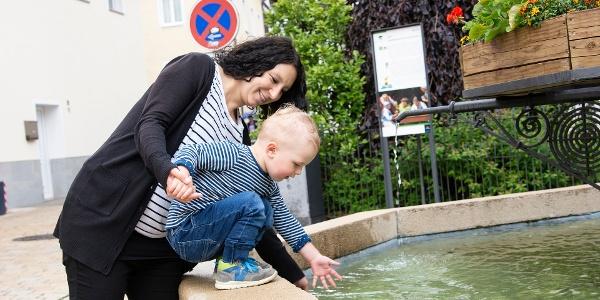 Mutter und Kind beim Standbrunnen, Station des Hornberger-Schießen-Weges