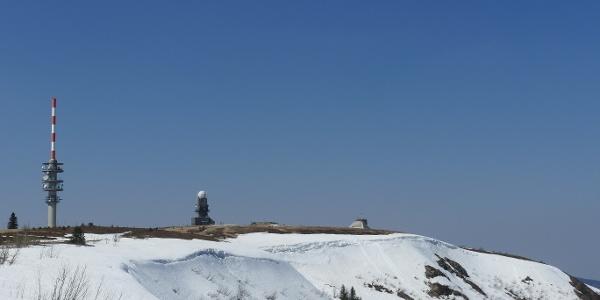 Die Nordseite des Feldberges hat noch Schnee