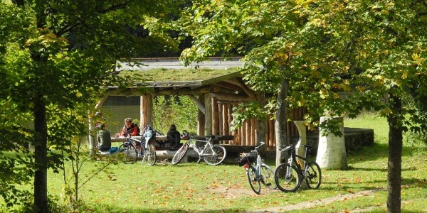 Radfahrpause an der keltischen Schmiede in Essing-Altessing